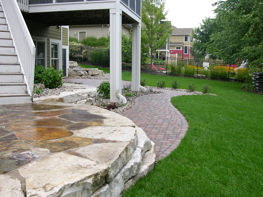 Autumn Flame flagging stone was used as an accent.